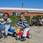 Een vluchtelingengezin uit Ethiopië voor hun nieuwe woning in Sint-Niklaas