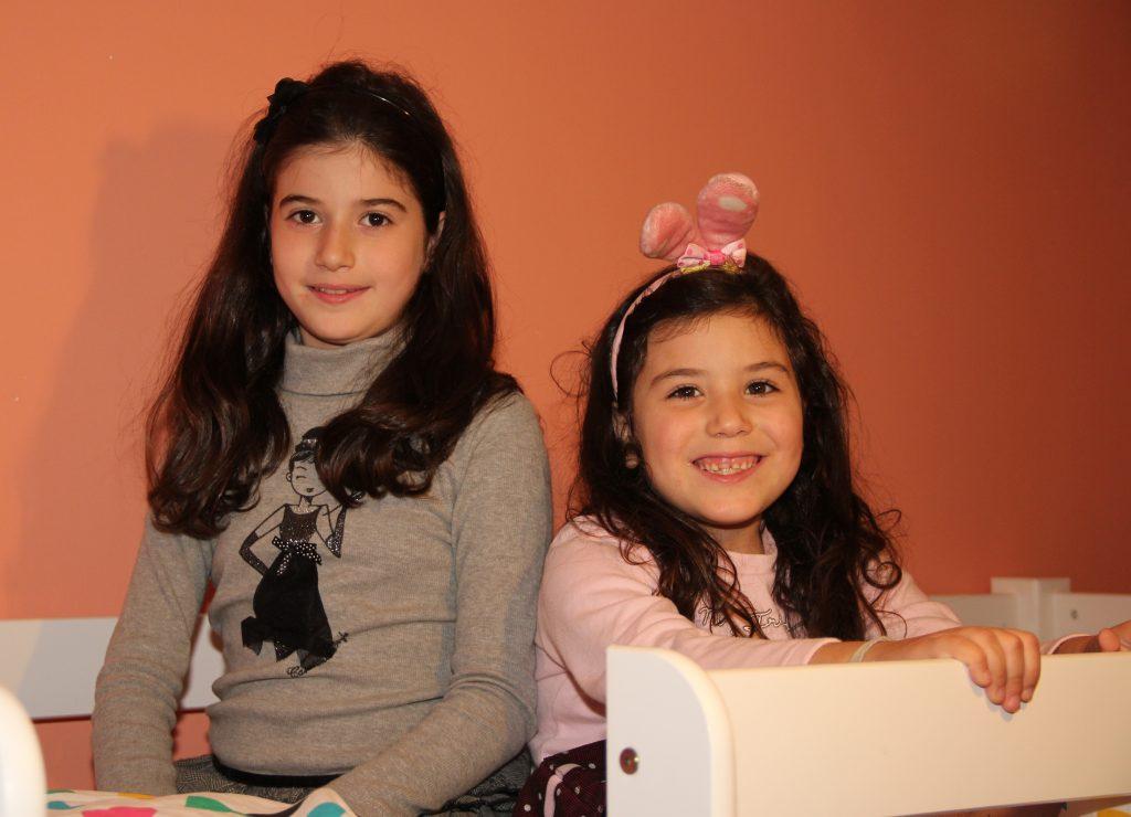 Zusjes Jaya (10) en Vali (6). Foto: Jacky Delcour