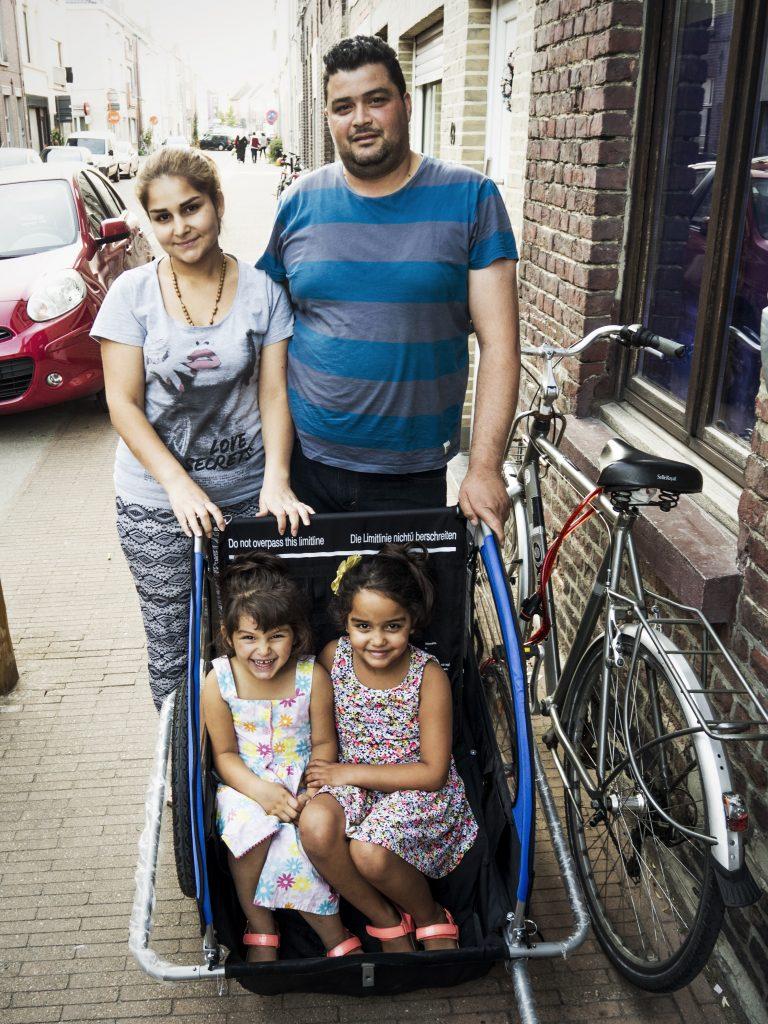 Een Syrisch gezin voor hun nieuwe huurwoning in Gent
